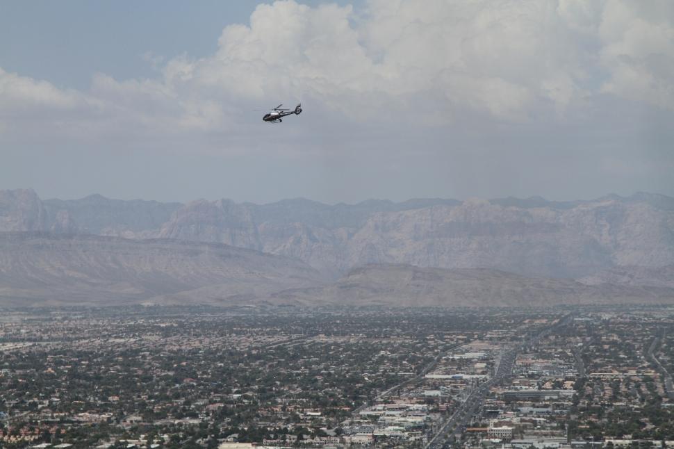 Helikopters vliegen af en aan boven Vegas