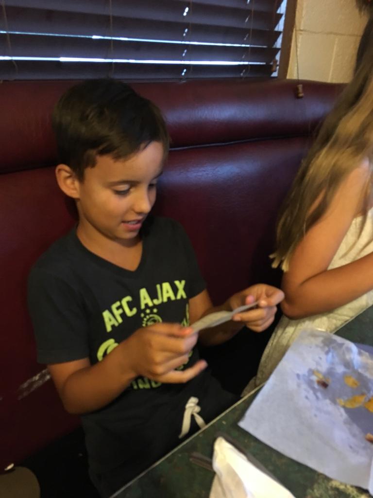 Finn leest het briefje dat Willemijn voor hem schreef